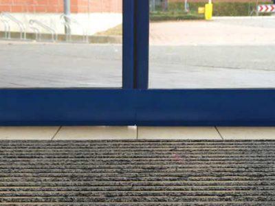 Afterwards: Sliding door closed thanks to EM-FLEX gap seal.